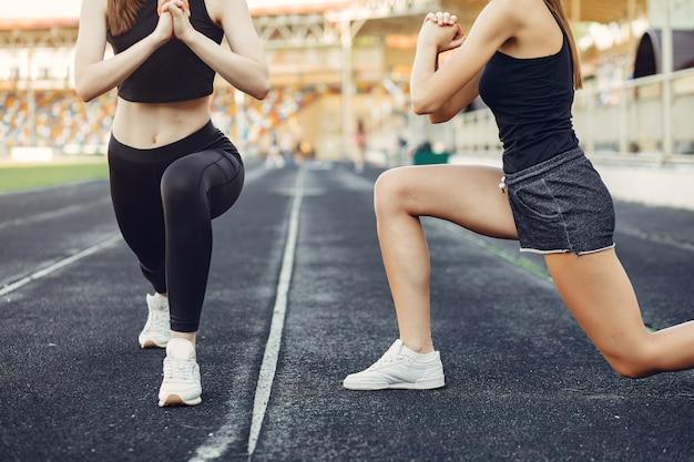 Chicas deportivas entrenando en el estadio