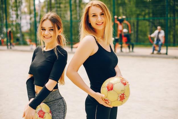 Chicas deportivas en un parque.