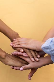 Chicas de diferentes etnias cogidos de la mano.