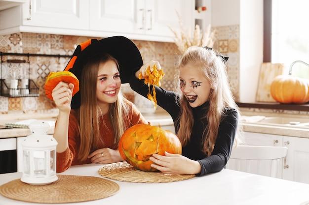 Chicas con disfraces y adornos de halloween.