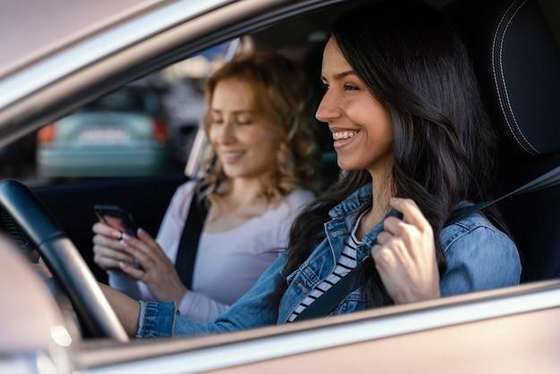 Chicas divirtiéndose en el coche