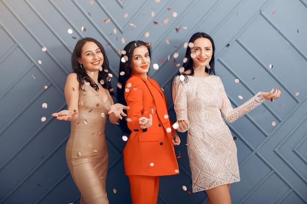 Chicas elegantes celebran en el estudio