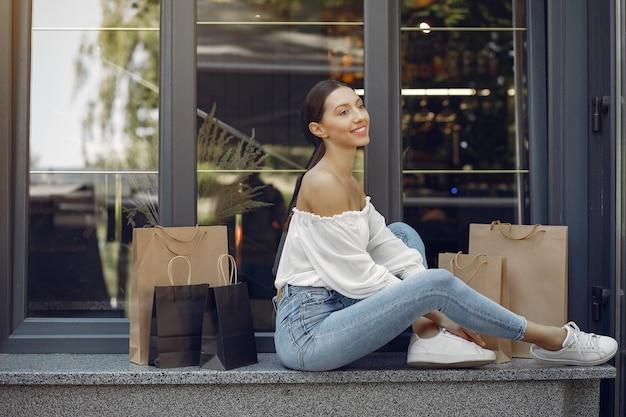 Chicas elegantes y con estilo en la calle con bolsas de compras