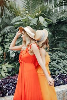 Chicas elegantes y con estilo en un invernadero