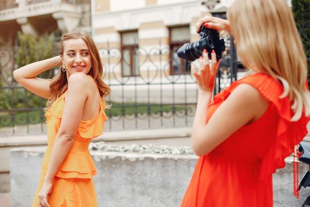 Chicas elegantes y con estilo en un parque de verano