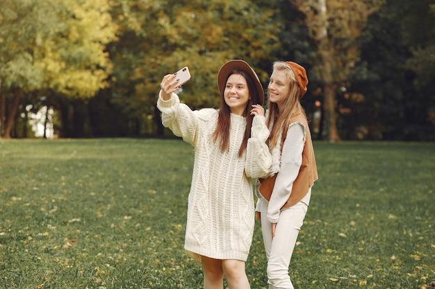 Chicas elegantes y con estilo en un parque