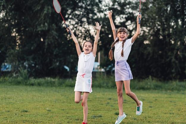 Chicas emocionadas disfrutando en el parque