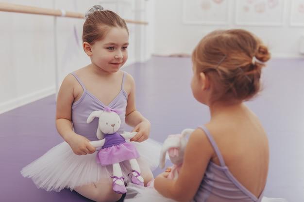 Chicas encantadoras descansando después de la clase de baile de ballet