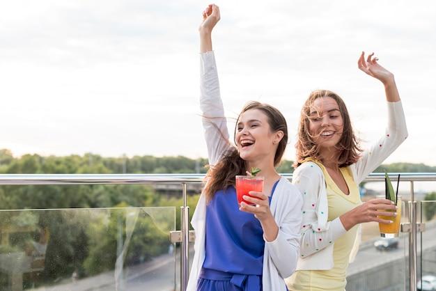 Chicas felices bailan en una fiesta