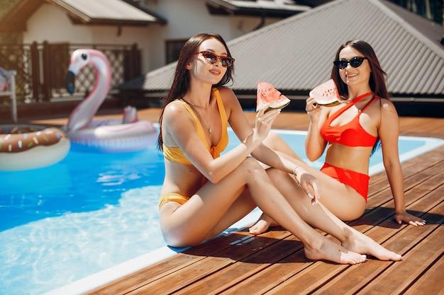 Chicas en fiesta de verano en la piscina