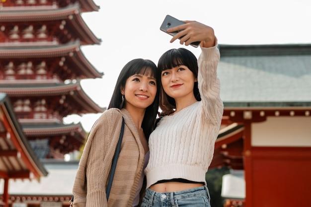Chicas guapas asiáticas tomando un selfie