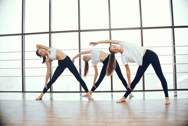 Chicas guapas y elegantes haciendo yoga.
