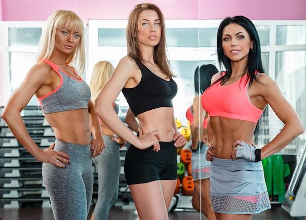 Chicas guapas en el gimnasio