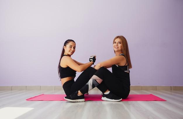 Chicas guapas y jóvenes en un gimnasio.