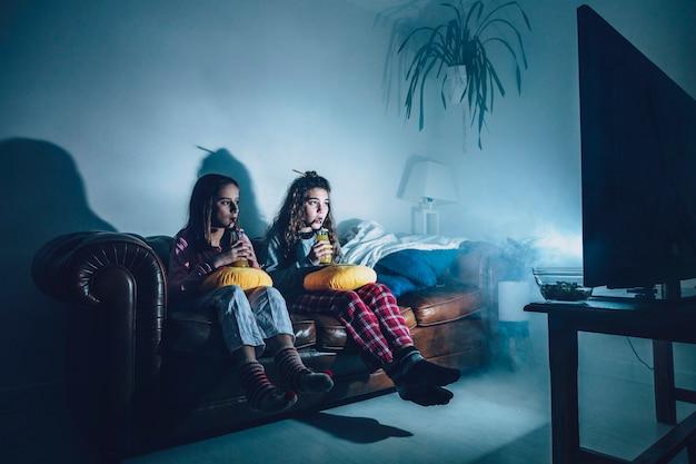 Chicas en la habitación oscura viendo la película