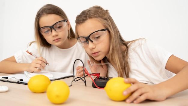 Chicas haciendo experimentos científicos.