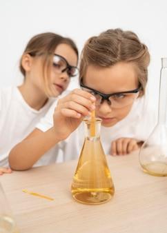Chicas haciendo experimentos de química.