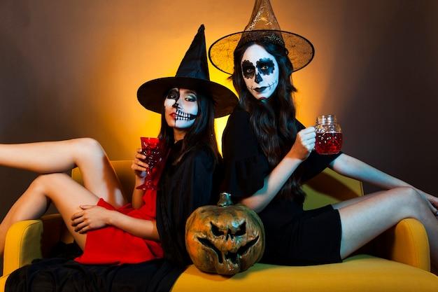 Chicas de halloween en sofá