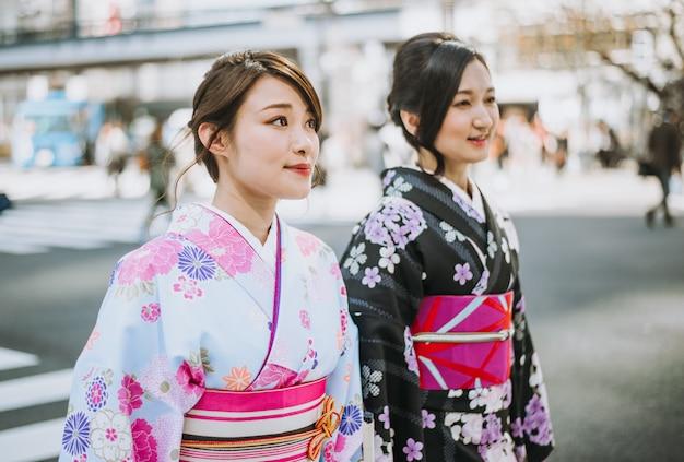 Chicas japonesas con ropa tradicional de kimonos, momentos de estilo de vida