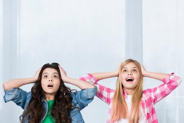 Chicas jóvenes de ángulo bajo