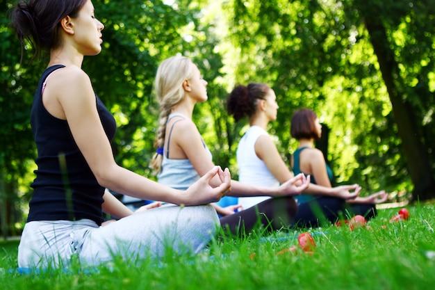 Chicas jóvenes y atractivas haciendo ejercicios de fitness