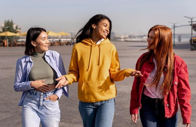 Chicas jóvenes dando un paseo afuera