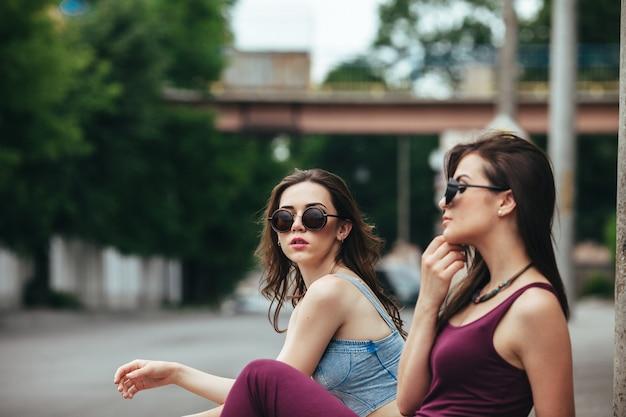 Chicas jóvenes con gafas de sol