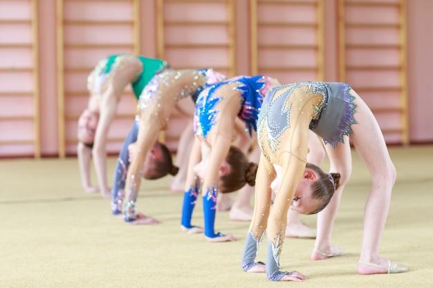 Chicas jóvenes haciendo gimnasia.