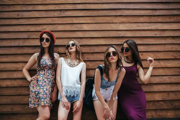 Chicas jóvenes posando