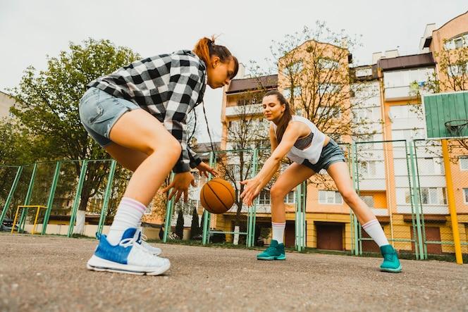 Chicas jugando al baloncesto