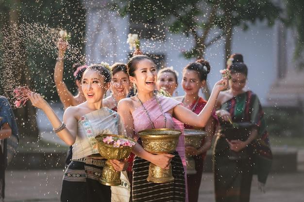 Chicas de laos que salpican el agua durante el festival festival de songkran