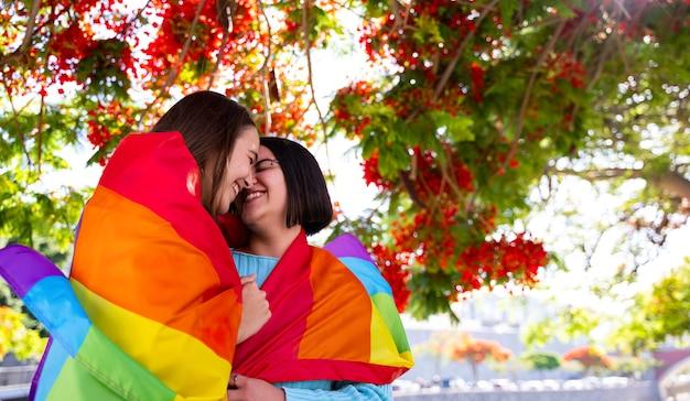 Chicas lesbianas reivindicando su amor con la bandera lgtb