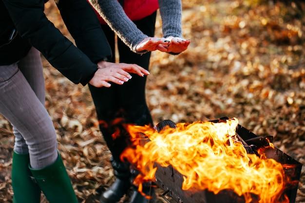 Las chicas lesbianas son calentadas por el fuego.