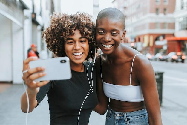 Chicas lindas haciendo una video llamada