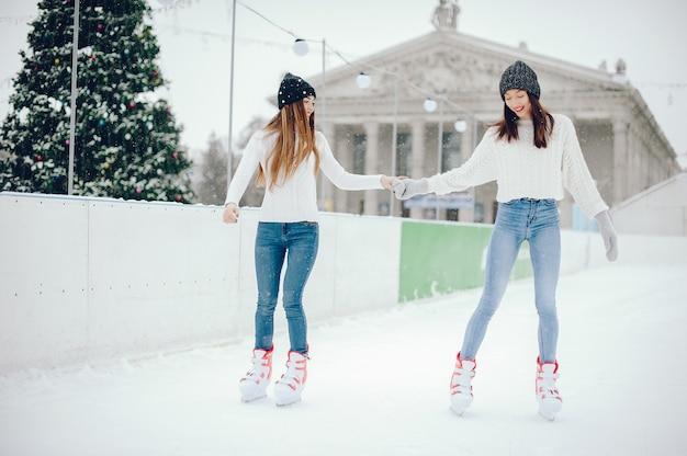 Chicas lindas y hermosas en un suéter blanco en una ciudad de invierno