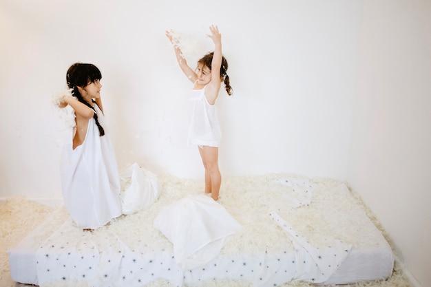 Chicas lindas lanzando plumas