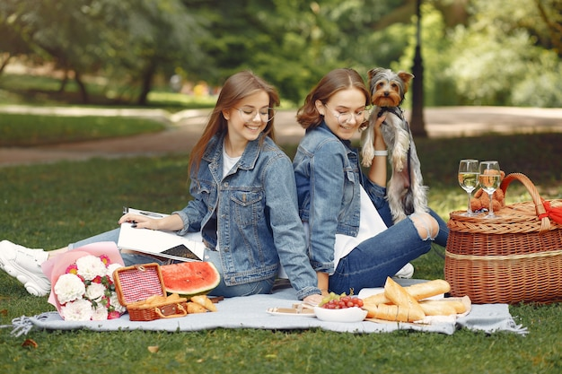 Chicas lindas en un parque jugando con perrito