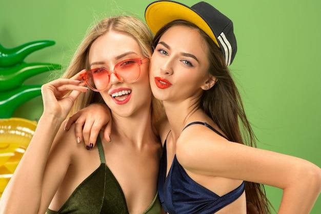 Chicas lindas en trajes de baño posando en el estudio. retrato de verano adolescentes caucásicos
