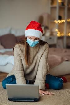 Chicas mientras habla con un amigo en línea en la computadora portátil