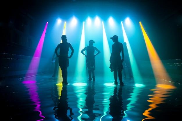 Chicas de moda bailando en el agua