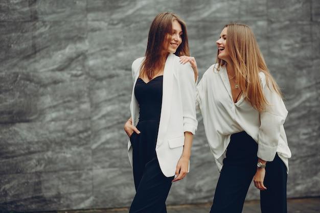 Chicas de moda en una ciudad.