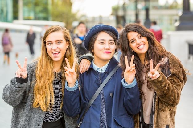 Chicas multirraciales, pequeño grupo de amigos en londres.