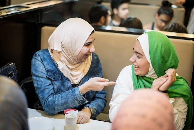 Chicas musulmanas en el restaurante con iftar