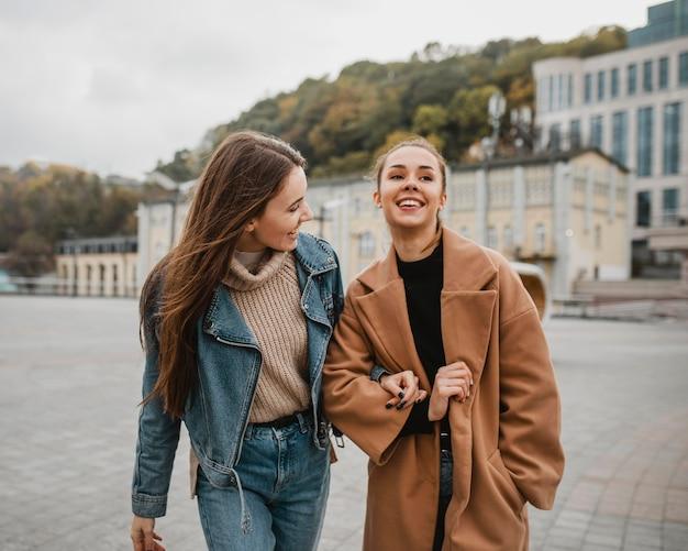 Chicas muy jóvenes posando al aire libre