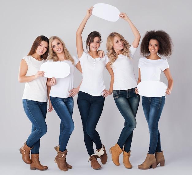 Chicas naturales felices con burbujas de discurso vacías