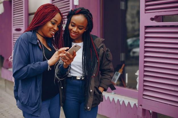 Chicas negras en una ciudad