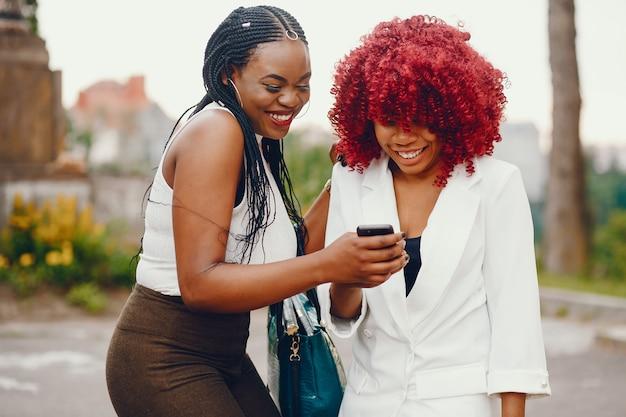 Chicas negras en un parque de verano