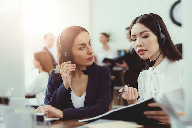 Las chicas-operadoras de call center se comunican entre sí.
