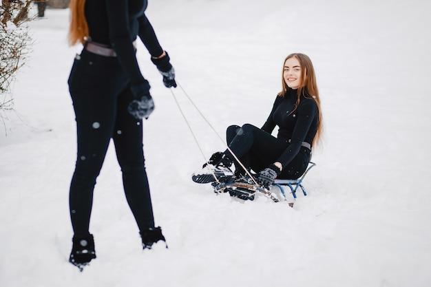 Chicas en un parque de invierno