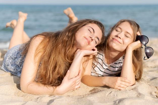 Chicas pasando tiempo juntas en la playa
